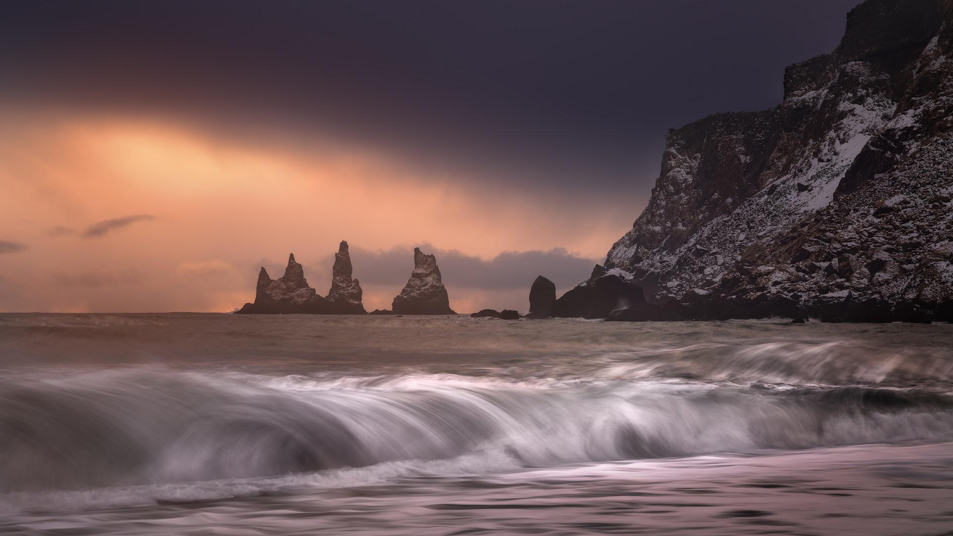 Reynisdrangar-Waves-austari-fjara-copy.j