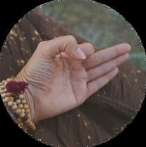 Meditierende Frau, Hand in Mudra