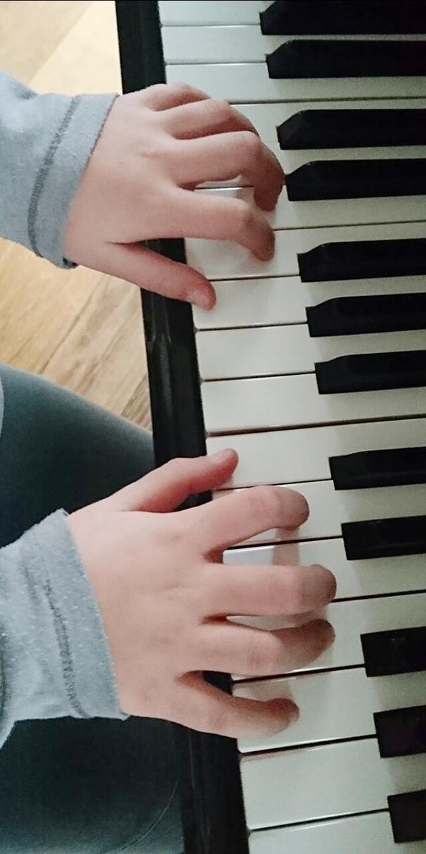 Klavier-Schülerin am Klavier