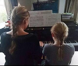 Persönlicher individueller Klavierunterricht für jedes Alter am Flügel bei mir zu Hause