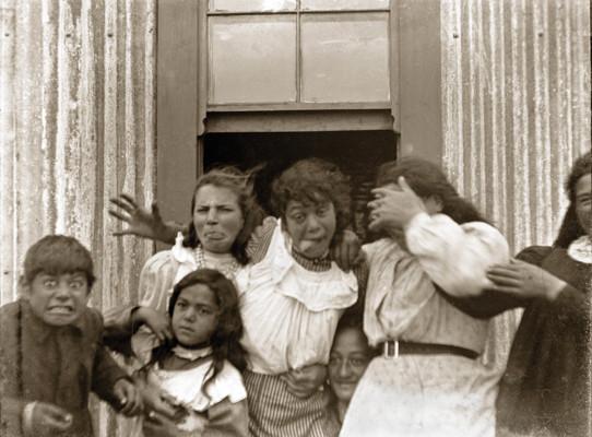 candid-group-of-school-children-1910-vintage-new-zealand
