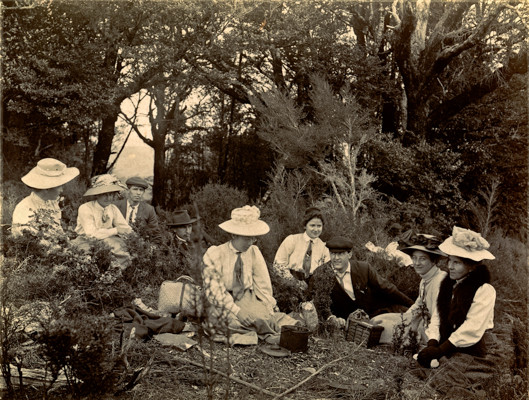group-having-a-picnic-in-1915-vintage-new-zealand
