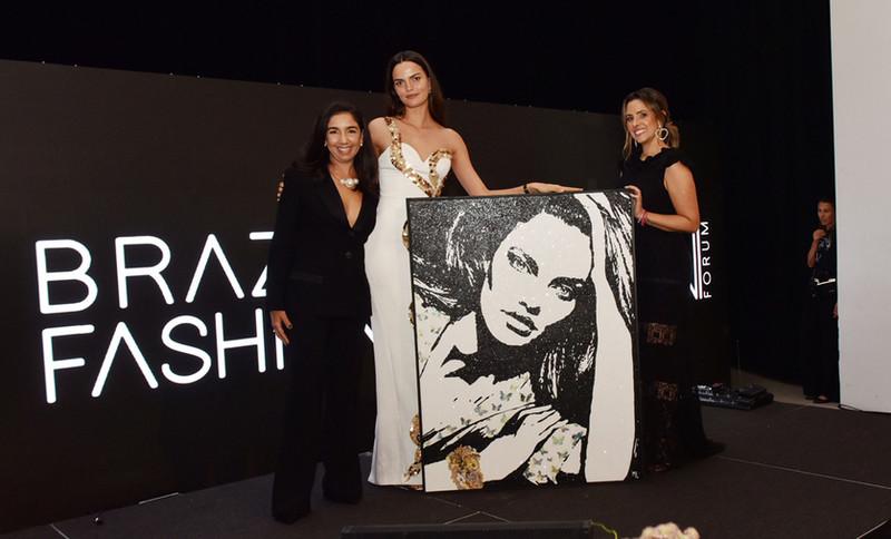 Maria Laura Ribeiro entrega awards para