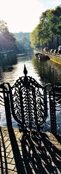 prachtig hekwerk op koningssluis herengracht amsterdam op zomerdag zonder fietsen