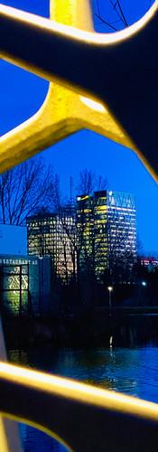 detail van prinses irenebrug bij winteravond verlicht met op achtergrond kantoren zuidas en restaurant as beatrixpark