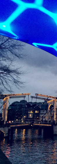 walter süskindbrug bij winteravond met op voorgrond lichtinstallatie from twente with love amsterdam light festival