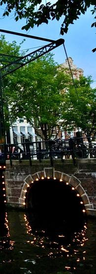 zomeravond uitzicht op brug bij kloveniersburgwal amsterdam