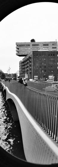 vluchthavenbrug bij paleis van justitie ijdok amsterdam via rond doorkijkje zwartwit