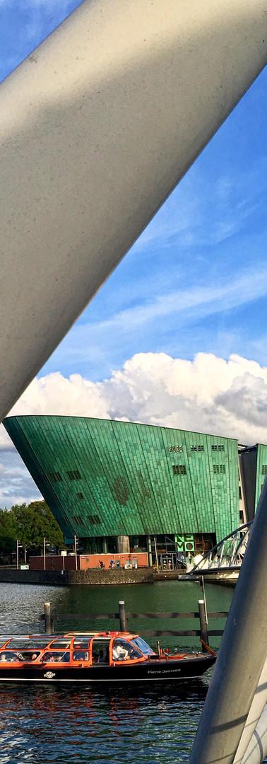 rondvaartboot tussen steilen mr j.j. van der veldebrug nemo amsterdam