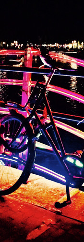 fietsen op regenboogbrug herengracht amsterdam light festival