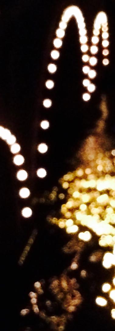 abstracte verlichting op brug amstel tegen zwarte achtergrond