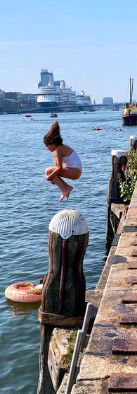 meisje springt in het water vanaf kade bogortuin tijdens warme zomerdag amsterdam