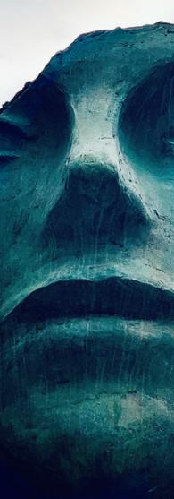 donkergroen hoofd van vrouw als standbeeld van mark manders op rokin amsterdam