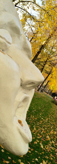 sculpture of white face with open mouth and closed eyes churchill-laan amsterdam zuid autumn iphoneonly