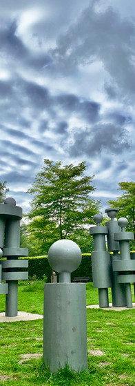 familie sculptuur in amstelpark met dreigende grijze lucht