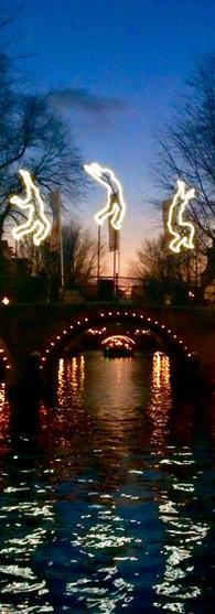 jump run beyond herengracht evening water reflection amsterdam light festival iphoneonly