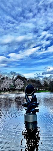 amstelpark vijver met sculptuur met dreigende lucht en rimpeling op water door wind