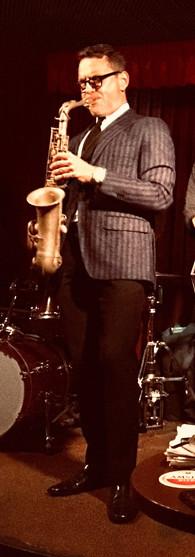 benjamin herman met live band in café alto amsterdam live jazz met vrouw in rood op voorgrond