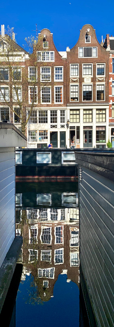 In between the houseboats @ Prinsengracht