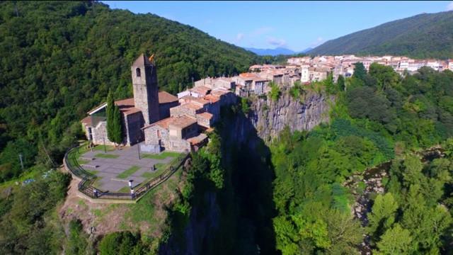 CASTELLFOLLIT DE LA ROCA con vista de dron