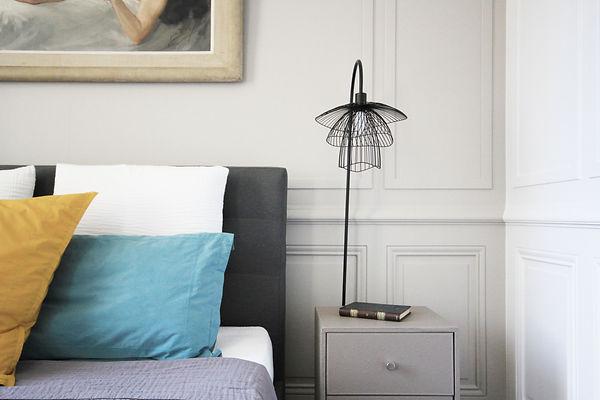 marion-galline-architecte-intérieur-décoratrice-travaux-scandinave-lumineux-haussmanien-amenagement-lyon-rénovation-chevet-jaune-bleu-papillon-libellule-forestier-lampe