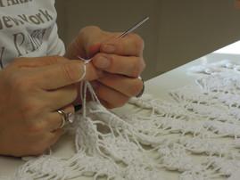 ricostruzione ad uncinetto del bordo di un copriletto in cotone