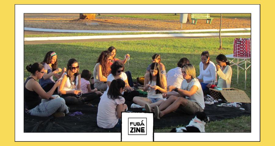 pessoas sentadas em um gramado