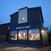 苫小牧・沼ノ端駅から徒歩3分。「BOOKS & CAFE」の看板が目印のブックカフェ。