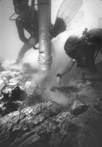 Divers Uncovering a Chest of Coins, Atocha, 1985