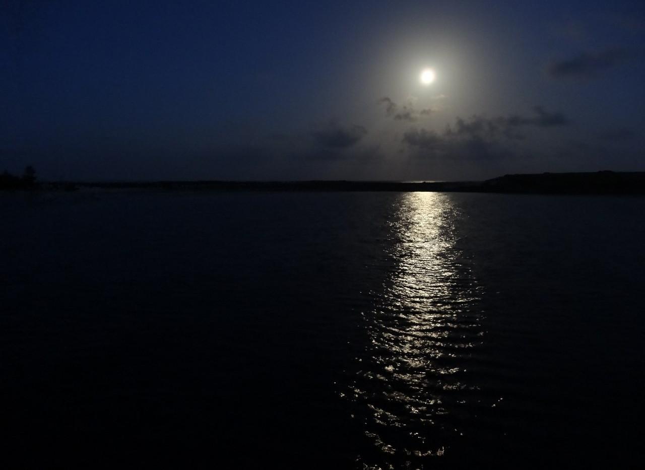 Luna sobre Cayo Lynyard