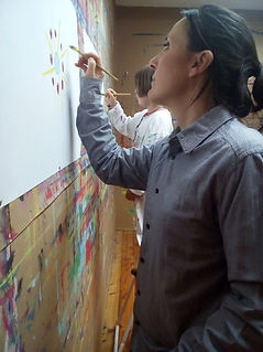 La mamma con la  figlia giocano dipingen