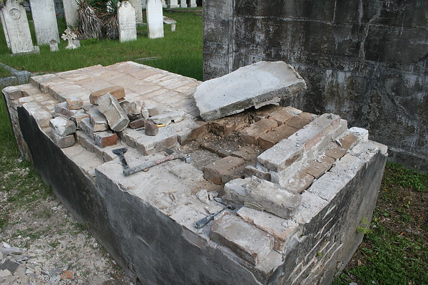 New Orleans cemetery repair, tomb restoration tomb repair, cemetery restoration, New Orleans tomb grave cleaning painting, tomb building