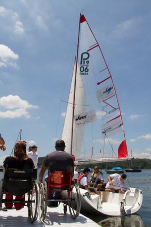 Portadores de necessidades especiais aprendem a velejar no litoral de SP