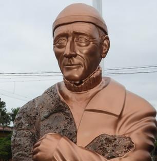 Estátua de Jacques Costeau é inaugurada na Praça da Baleia, em Ubatuba.