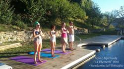 Yoga a bordo piscina