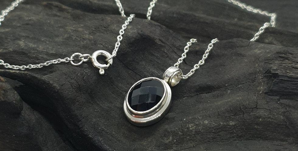 Sølvkæde med sort spinel vedhæng
