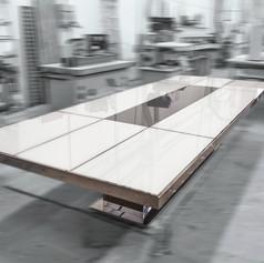 Grande tavolo in acciaio a specchio con piano in vetro retroverniciato