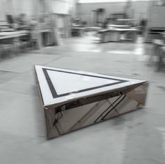 Mobile basso triangolare in acciaio a specchio con piano in vetro retroverniciato