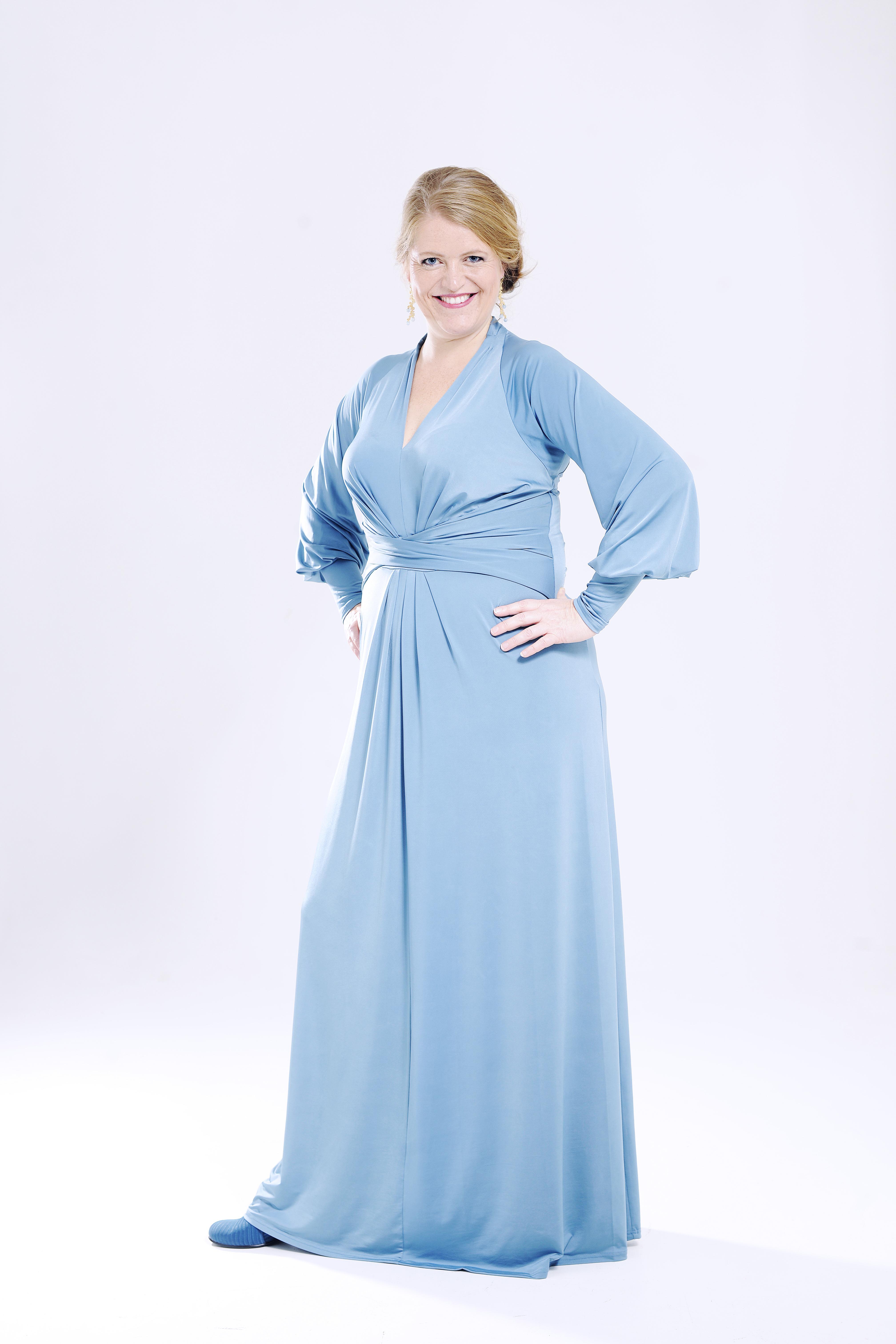 Elin Aase helfigur blå kjole.jpg