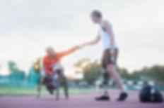Para-athlètes faisant le poing bosse