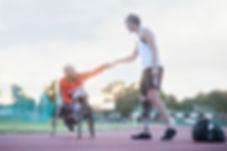 Para-atletas fazendo colisão de punho