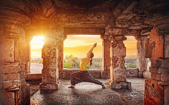 femme yoga temple inde - site equilibre