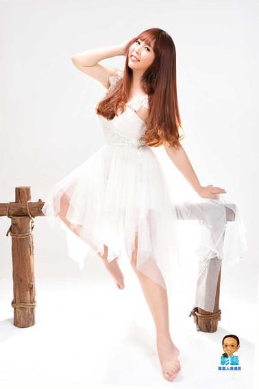 影藝攝影-整體造型-女個人藝術照-白底木椅.jpg