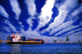 藍天 地震雲 條狀雲 高雄港 大船 85大樓.jpg