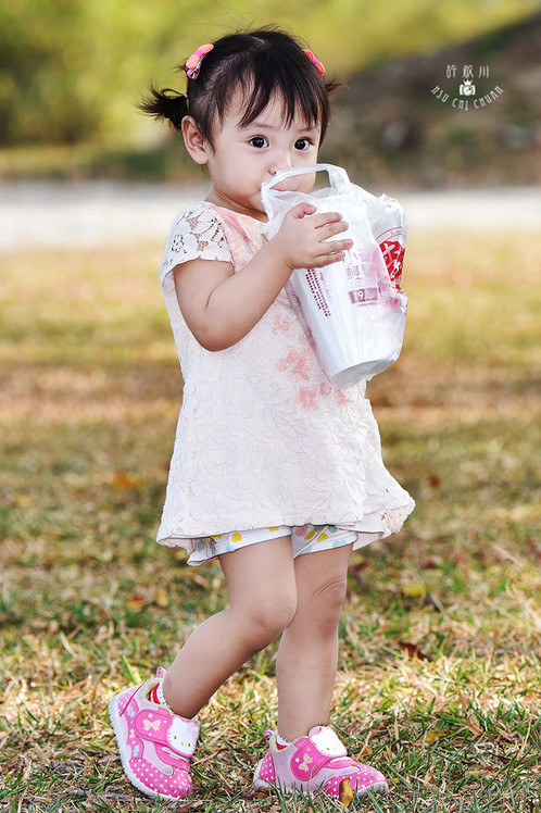 影藝攝影-兒童戶外攝影-喝牛奶.jpg