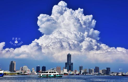 藍天-積雨雲-高雄港-輪船 85大樓.jpg