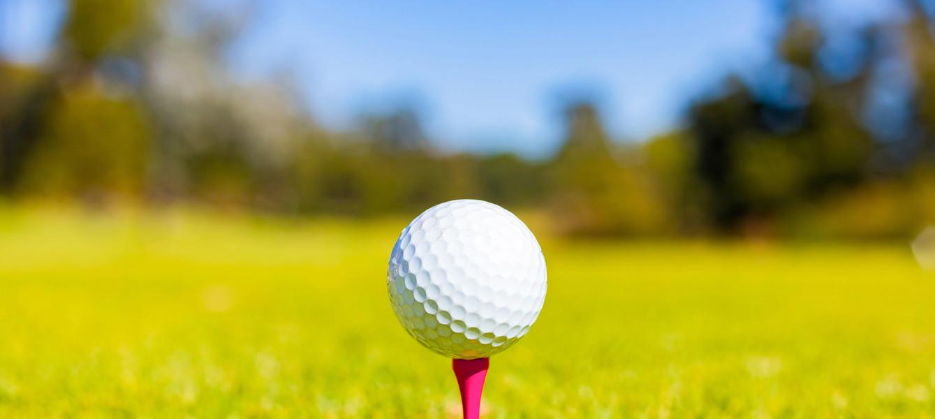 shallow-focus-golf-ball-tee-course.jpg