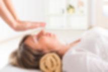אישה עוברת טיפול רייקי