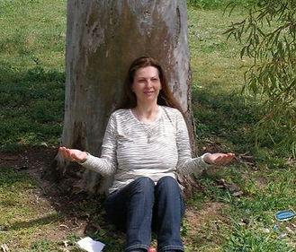 אריאלה ארדיטי עושה מדיטציה מתחת לעץ