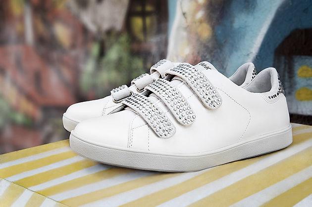 Le scarpe da ginnastica. Quanto le amiamo e quanto erano le nostre alleate  inseparabili ai tempi del liceo  Le sneakers nascono come dettaglio  ovviamente ... 4896c5b1a71